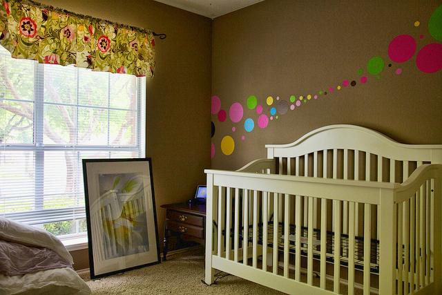 Оформление стены в детской спальне своими руками 78
